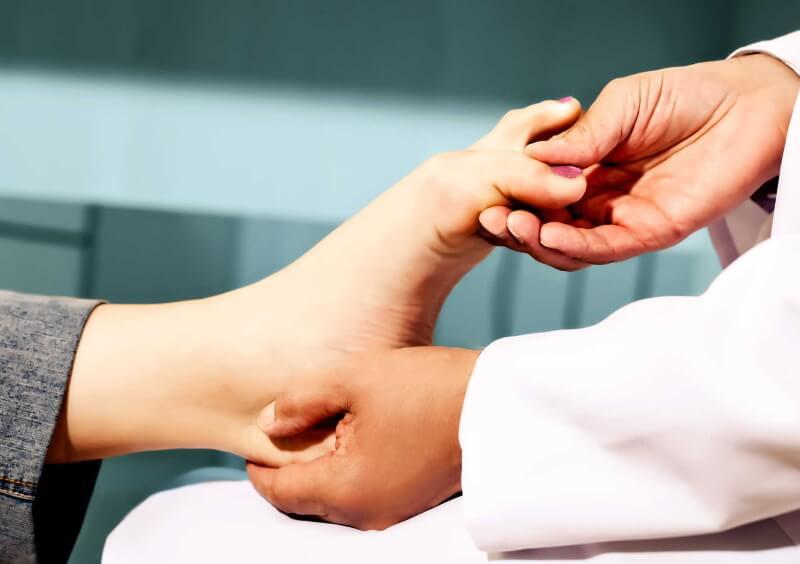 шишки на пальцах ног лечение