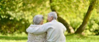 пожилые люди на природе